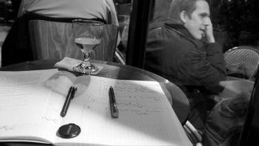 Dans un café, corrigeant GVV.