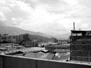 Cielo, montañas, ciudad.