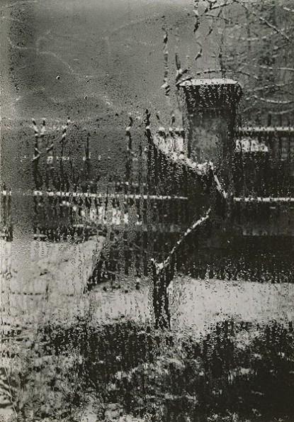 Une usine derrière la vitre mouillée