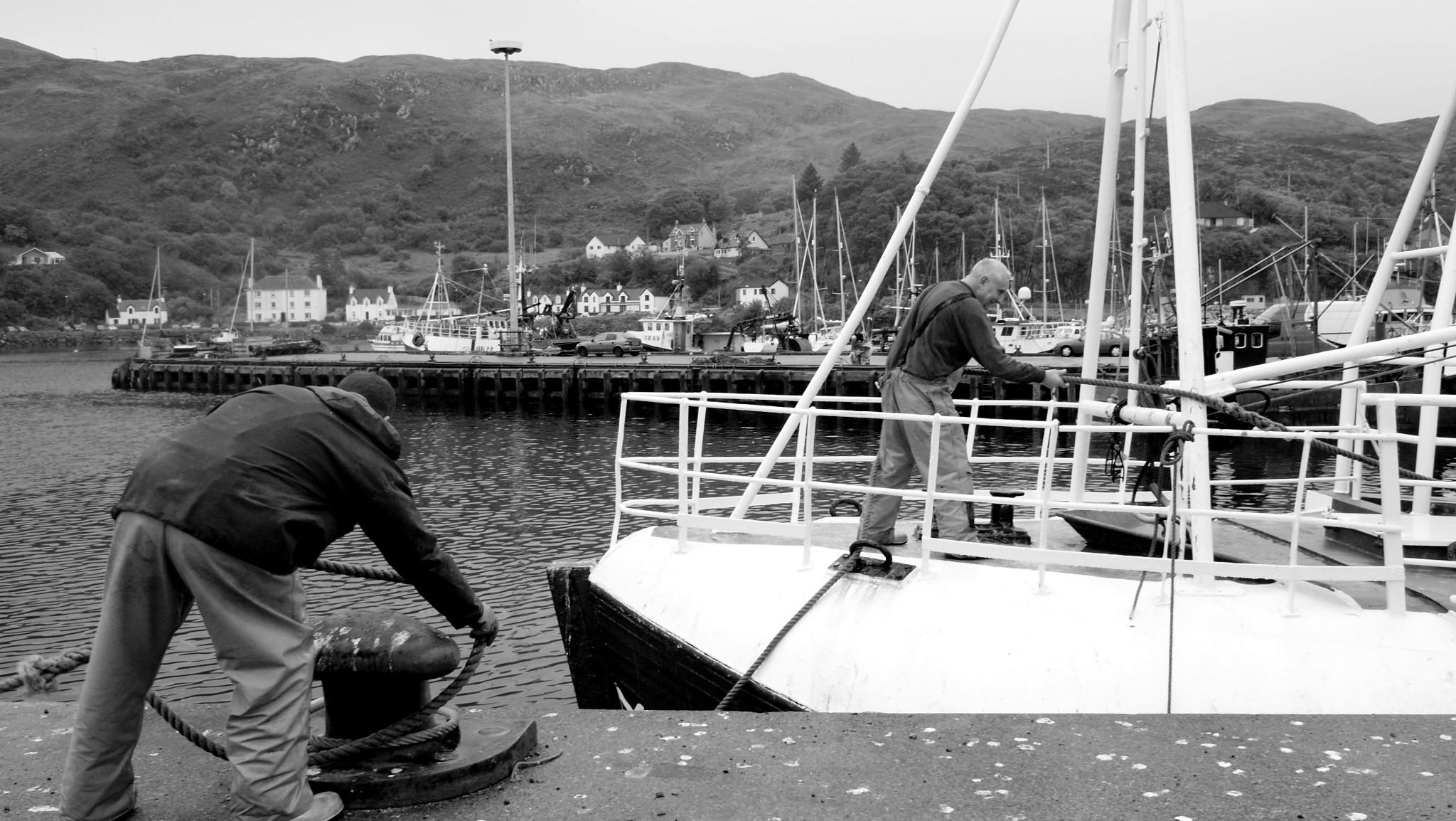 En Mallaig (oeste de Escocia, al frente de la isla de Skye). Marineros preparan un barco, ¿pesquero?