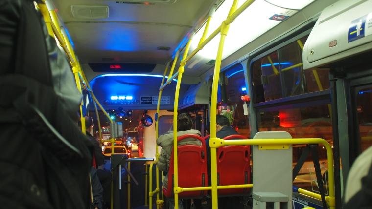 De noche, a bordo de un M80 por la Séptima (la foto la tomé un poco rápido, y con el bus en movimiento).